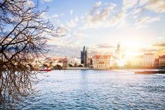Praag in Maart De rivier van Charles Bridge en Vltava-in de Tsjechische Republiek van Praag royalty-vrije stock foto