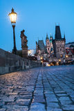 Praag, nachtmening over Charles Bridge Stock Foto