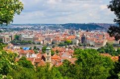 Praag in natuurlijk die kader van bladeren, Tsjechische Republiek wordt gemaakt Stock Afbeelding