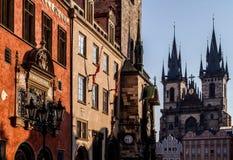 Praag, Oude Stad Hall Town Square en Kerk van onze Dame Tyn in de ochtend Stock Afbeelding