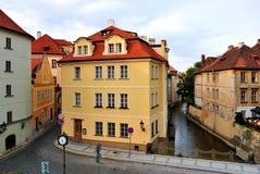 Praag, rivier Certovka stock foto