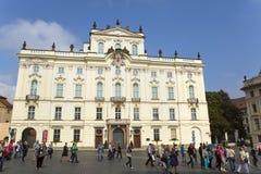 PRAAG, 15 SEPTEMBER: Aartsbisschop` s Paleis op het Kasteelvierkant dichtbij de belangrijkste ingang in het Kasteel van Praag op  Stock Foto's
