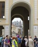 PRAAG, 15 SEPTEMBER: De menigte van toeristen dichtbij hoofdingang in het Kasteel van Praag op 15 September, 2014 in Praag, Tsjec Royalty-vrije Stock Fotografie