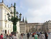 PRAAG, 15 SEPTEMBER: De menigte van toeristen op het vierkant voor de ingang aan Oud Royal Palace op 15 September, 2014 I Royalty-vrije Stock Foto's