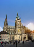PRAAG, 15 SEPTEMBER: De menigte van toeristen op het vierkant voor de kathedraal van Heilige Vitus op 15 September, 2014 in Tsjec Royalty-vrije Stock Afbeelding