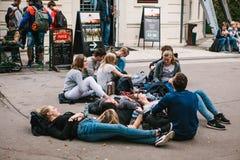 Praag, 25 September, 2017: Een groep jonge vrienden van studenten ligt en zit op de grond en communiceert met elk royalty-vrije stock foto