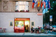 Praag, 23 September, 2017: Een moderne koffie van de de jeugdstraat De mensen doen binnen de orde en de jongeren met buitenkant royalty-vrije stock foto's