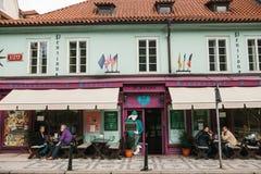 Praag, 25 September, 2017: Een populair restaurant met lokaal Tsjechisch voedsel De bezoekers zitten buiten bij lijsten Dichtbij  stock foto