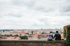 Praag, 18 September, 2017: Het jonge paar in liefde of de vrienden zitten en bewonderen de mooie architectuur van stock afbeeldingen
