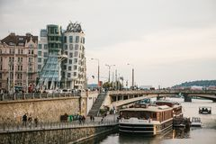 Praag, 23 September, 2017: Mooie mening van de architectuur van de stad met het beroemde Dansende Huis en stock foto