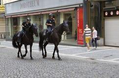 PRAAG, 15 SEPTEMBER, 2014: Politiemannen op paarden in de oude stad, Praag, de Tsjechische Republiek Stock Afbeelding