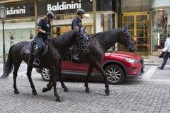 PRAAG, 15 SEPTEMBER, 2014: Politiemannen op paarden in de oude stad, Praag, de Tsjechische Republiek Royalty-vrije Stock Foto's