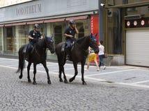 PRAAG, 15 SEPTEMBER, 2014: Politiemannen op paarden in de oude stad, Praag, de Tsjechische Republiek Stock Fotografie