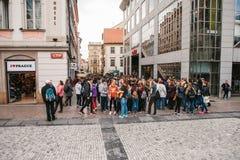 Praag, 25 September, 2017: Vele schoolkinderen op de stadsstraat communiceren na school en gaan ergens of Stock Foto's