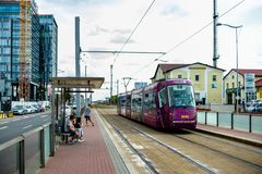 praag tsjechisch 28 augustus, 2018 De tram van Praag bij de bushalte De mensen wachten op de tram stock foto's
