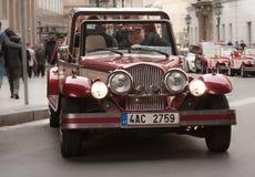 PRAAG, TSJECHISCHE REPUBLIEK - 15 APRIL, 2017: De historische auto neemt toeristen voor een reis in het stadscentrum Stock Foto's