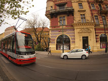 Praag, Tsjechische Republiek - 25 April, 2015: Nieuwe tram op de straten Royalty-vrije Stock Afbeelding