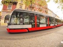 Praag, Tsjechische Republiek - 25 April, 2015: Nieuwe tram op de straten Royalty-vrije Stock Foto's