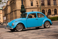 PRAAG, TSJECHISCHE REPUBLIEK - 21 APRIL, 2017: Uitstekende blauwe die Volkswagen Beetle-auto, voor de Rudolfinum-concertzaal word Stock Afbeelding