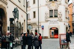 Praag, Tsjechische Republiek - 04 02 2013: Architectuur, gebouwen en oriëntatiepunt Weergeven van de straten van Praha royalty-vrije stock foto's