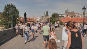 Praag, Tsjechische Republiek - 5 Augustus, 2018: De toeristen lopen op Charles Bridge Karluv Most stock footage