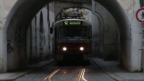 Praag, Tsjechische Republiek - Augustus 2018: Mensen en historische tram royalty-vrije illustratie
