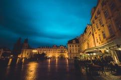 Praag, Tsjechische Republiek - 13 Augustus, 2015: Mooie gele voorgevels met de weg die van Bridgestone door op aardige regenachti Royalty-vrije Stock Fotografie