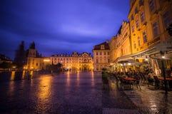 Praag, Tsjechische Republiek - 13 Augustus, 2015: Mooie gele voorgevels met de weg die van Bridgestone door op aardige regenachti Stock Afbeeldingen