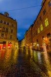 Praag, Tsjechische Republiek - 13 Augustus, 2015: Mooie gele voorgevels met de weg van de brugsteen Royalty-vrije Stock Foto