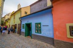 Praag, Tsjechische Republiek - 13 Augustus, 2015: Oude stad van stad, grote kleurrijke bescheiden oude architectuur en strakke st Stock Afbeeldingen