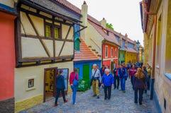 Praag, Tsjechische Republiek - 13 Augustus, 2015: Oude stad van stad, grote kleurrijke bescheiden oude architectuur en strakke st Royalty-vrije Stock Foto's