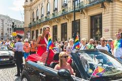 Praag, Tsjechische Republiek - 11 Augustus, 2018: Transsexueel modelloiza lamers op een auto bij de jaarlijkse parade van Praag G stock afbeelding