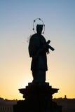 Praag, Tsjechische Republiek Beeldje in Charles Bridge bij zonsopgang royalty-vrije stock afbeeldingen