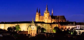 Praag, Tsjechische Republiek Charles Bridge en Hradcany met St Vitus Cathedral en St George de schemer van de kerkavond, Bohemen stock foto's