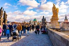 Praag, Tsjechische Republiek - 1 12 2018: Charles-brug, oude brug over de Vltava-rivier in Praag, Tsjechisch kapitaal De toerist  royalty-vrije stock fotografie