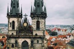 Praag, Tsjechische Republiek - de Mening van Mei 2014 van de toren en de buitenkant van de kerk Onze Mary, Tyn-Kerk en de rode da stock foto's