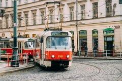 Praag, Tsjechische Republiek De openbare Oude Retro Tram met Aantal Tweeëntwintig leidt zich het Bewegen Royalty-vrije Stock Afbeeldingen