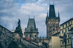 Praag, Tsjechische Republiek De torens van Charles Bridge en Mala Strana- T Stock Afbeelding