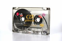 PRAAG, TSJECHISCHE REPUBLIEK - 11 DECEMBER, 2018: Audio compacte CD van cassettelg Galerij II chroom Audiocassette op een witte a stock fotografie