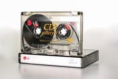 PRAAG, TSJECHISCHE REPUBLIEK - 11 DECEMBER, 2018: Audio compacte CD van cassettelg Galerij II chroom Audiocassette op witte achte stock foto