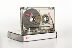 PRAAG, TSJECHISCHE REPUBLIEK - 11 DECEMBER, 2018: Audio compacte CD van cassettelg Galerij II chroom Audiocassette op witte achte stock afbeeldingen