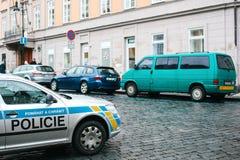 Praag, Tsjechische Republiek - 25 December, 2016 - de politie op de straten Patrouillewagen op Kerstmisdag in Praag Stock Foto's