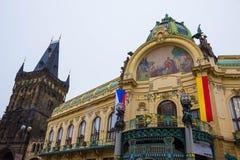 Praag, Tsjechische Republiek - 31 December, 2017: De voorgevel van oud huis en oude architectuur in oude stad royalty-vrije stock afbeeldingen