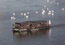 PRAAG, TSJECHISCHE REPUBLIEK - 23 DECEMBER, 2015: Foto van Rivierboot met toeristen op de rivier Vltava Stock Afbeelding
