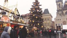 Praag, Tsjechische Republiek - December, 2017: Grote Kerstboom in het centrum van het belangrijkste vierkant van stad stock videobeelden