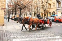 Praag, Tsjechische Republiek, 24 December, 2016: Horseback het berijden in een bus in Praag Vermaak van toeristen in Kerstmis Stock Afbeelding