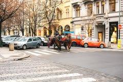 Praag, Tsjechische Republiek, 24 December, 2016: Horseback het berijden in een bus in Praag Vermaak van toeristen in Kerstmis Royalty-vrije Stock Fotografie