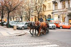 Praag, Tsjechische Republiek, 24 December, 2016: Horseback het berijden in een bus in Praag Vermaak van toeristen in Kerstmis Stock Foto's