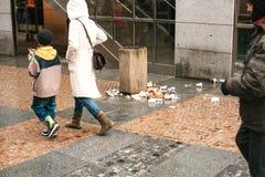 Praag, Tsjechische Republiek, 24 December, 2016: Huisvuil op de straten van Praag De mensen besteden geen aandacht aan verontrein Royalty-vrije Stock Fotografie