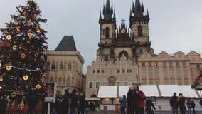 Praag, Tsjechische Republiek - December, 2017: jonge smartphone van het paargebruik, grote Kerstboom als achtergrond stock footage